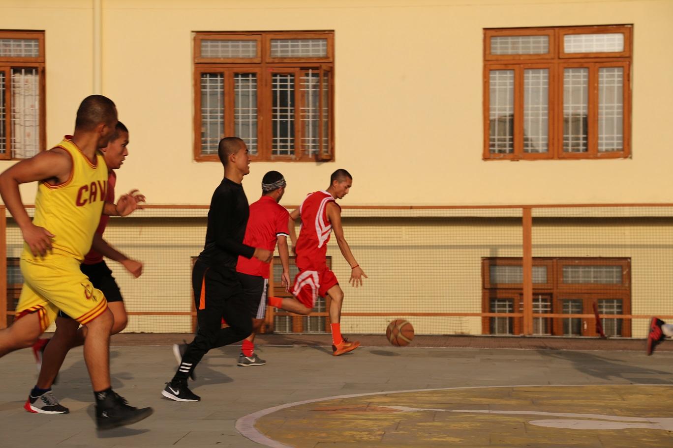 正在打籃球