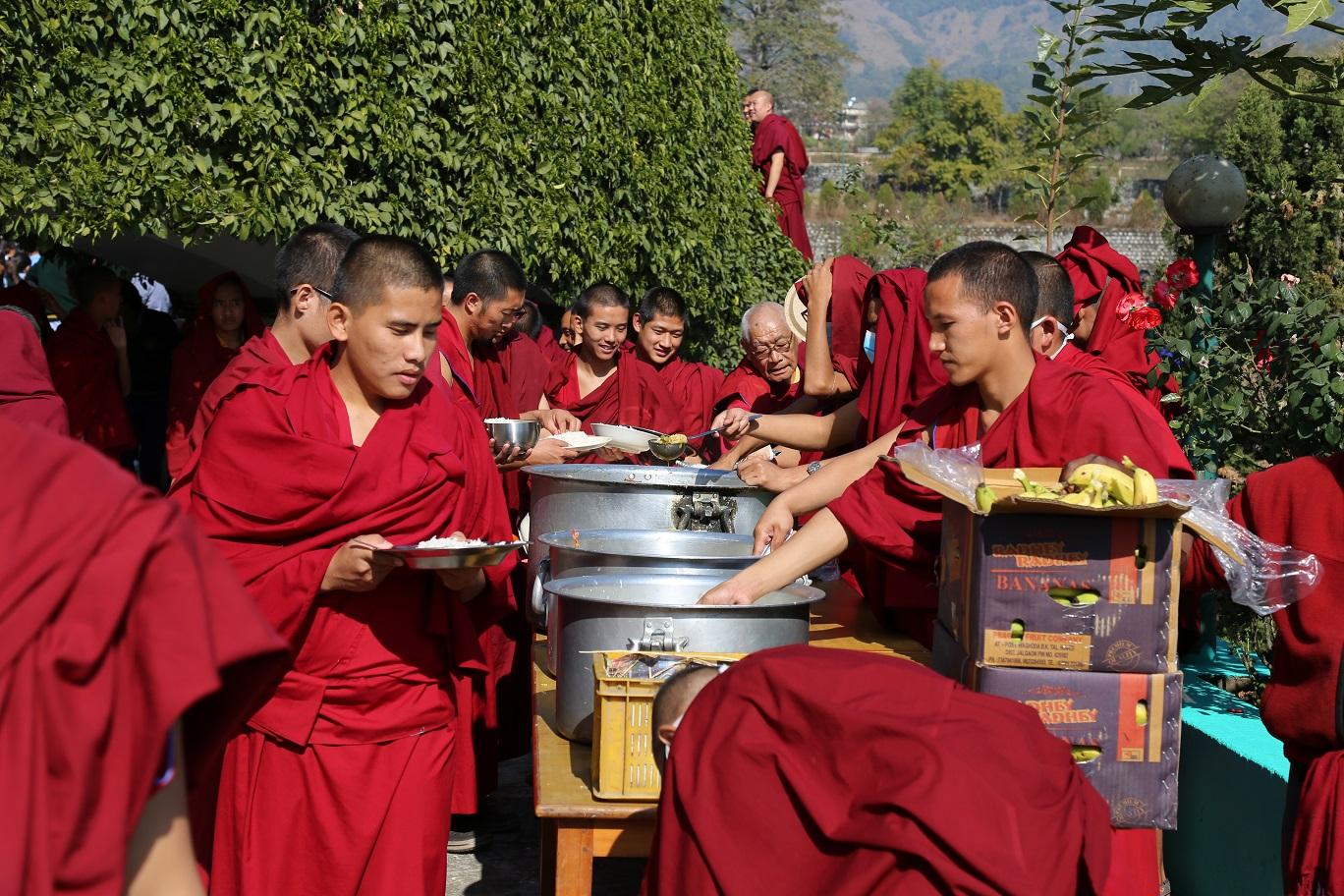 僧眾們正在打飯