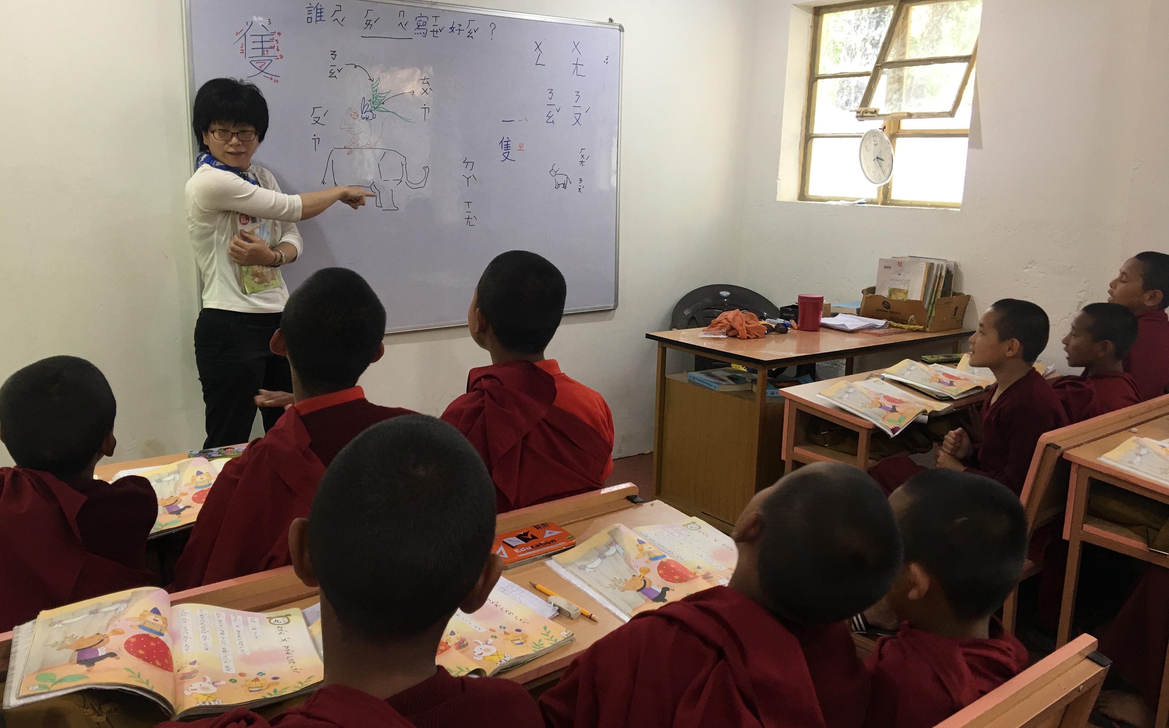 中文老師正在教課中